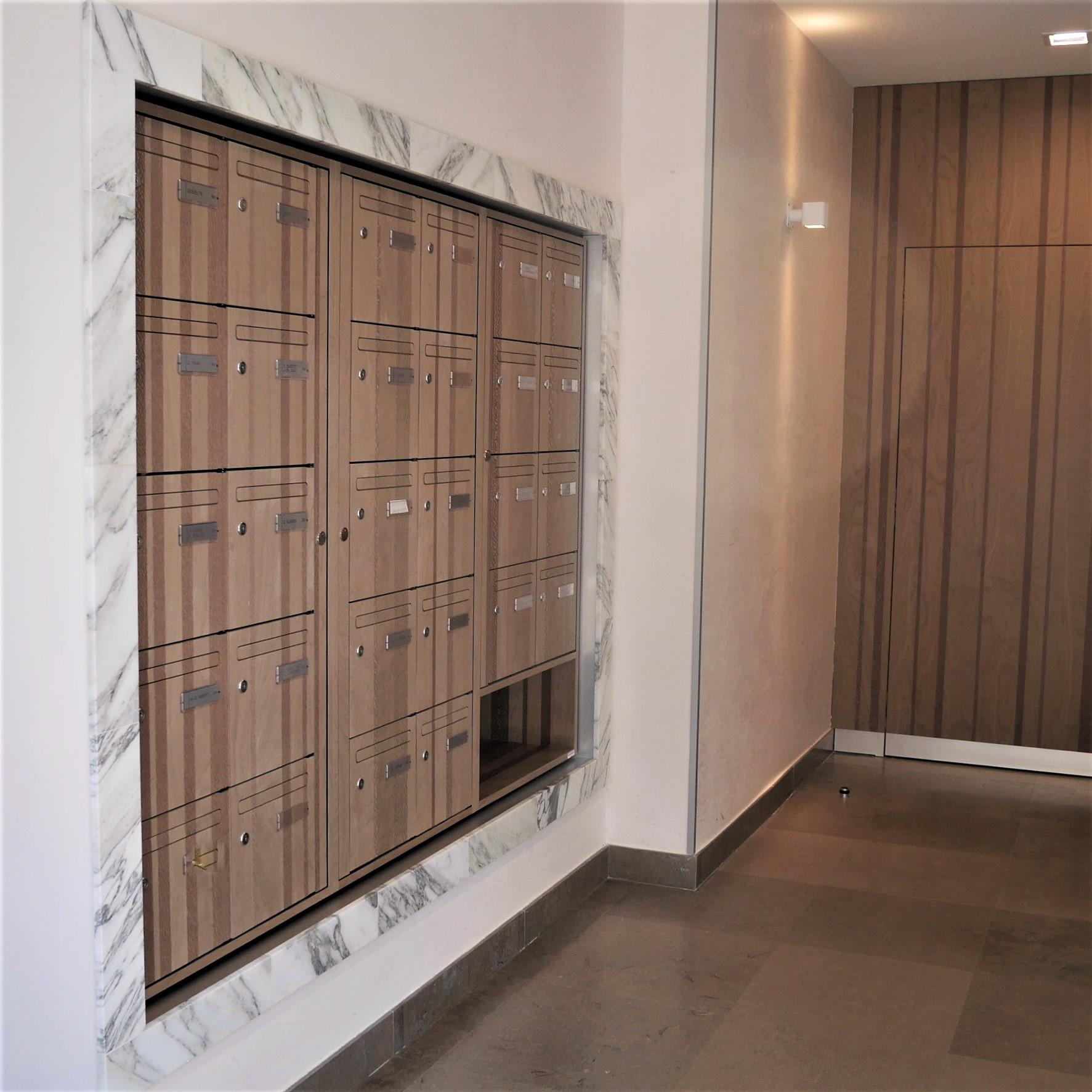 Boites aux lettre avec placage bois Marotte collection Bayadere finition verni